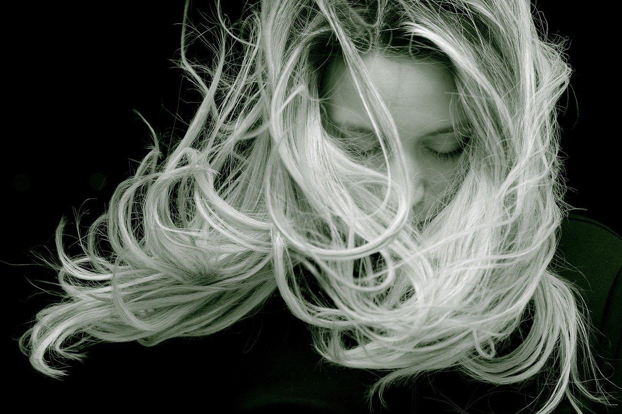 इन कारणों से झड़ते है मनुष्य के बाल कैसे करे जल्द रोक थाम